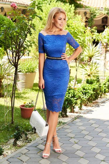 Rochie StarShinerS albastra de ocazie midi cu un croi mulat din dantela captusita pe interior accesorizata cu cordon