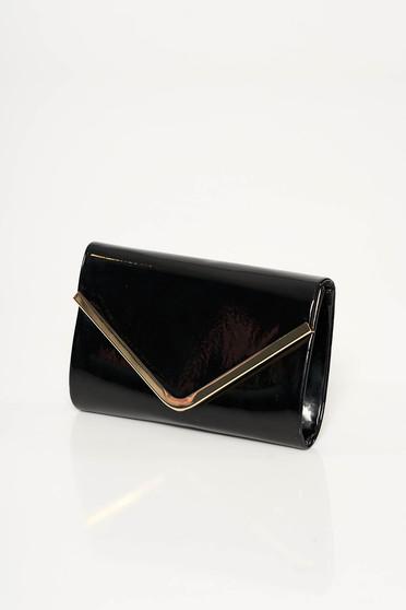 Geanta dama neagra de ocazie plic din material lucios cu accesoriu metalic cu maner lung tip lantisor