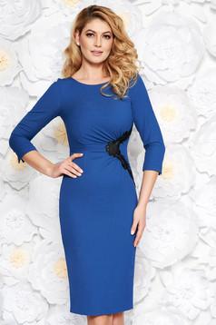 Rochie albastra eleganta midi tip creion din material fin la atingere captusita pe interior cu aplicatii de dantela