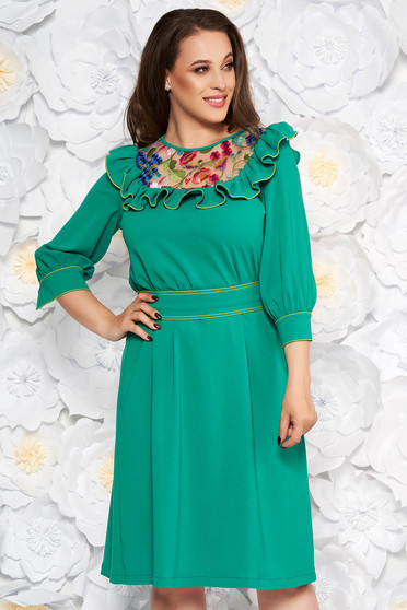Rochie LaDonna verde eleganta in clos brodata din stofa subtire usor elastica captusita pe interior si accesorizata cu cordon