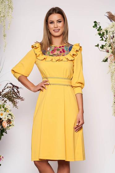 Rochie LaDonna galbena eleganta in clos brodata din stofa subtire usor elastica captusita pe interior si accesorizata cu cordon