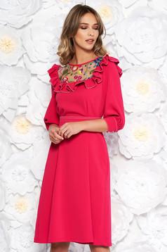 Rochie LaDonna fuchsia eleganta in clos brodata din stofa subtire usor elastica captusita pe interior si accesorizata cu cordon