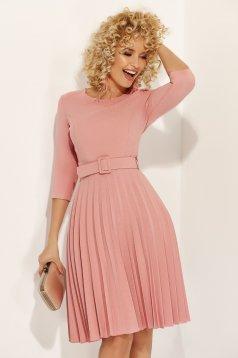 Rochie Fofy rosa eleganta in clos din stofa usor elastica plisata accesorizata cu cordon