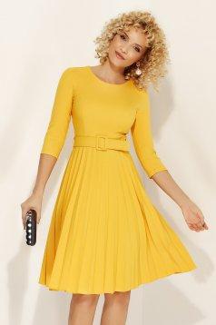 Rochie Fofy galbena eleganta in clos din stofa usor elastica plisata accesorizata cu cordon