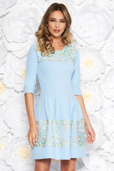 Rochie albastra-deschis eleganta in clos din material usor elastic cu insertii din dantela