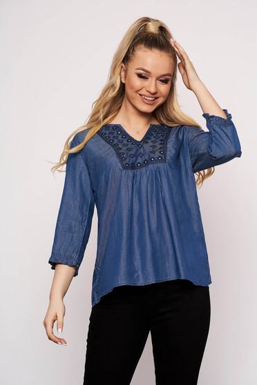 Bluza dama Top Secret albastra casual cu croi larg din denim cu decolteu in v si insertii de broderie