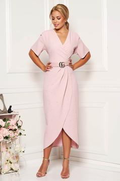 Rochie roz deschis eleganta cu un croi mulat din material usor elastic cu paiete si accesoriu tip curea