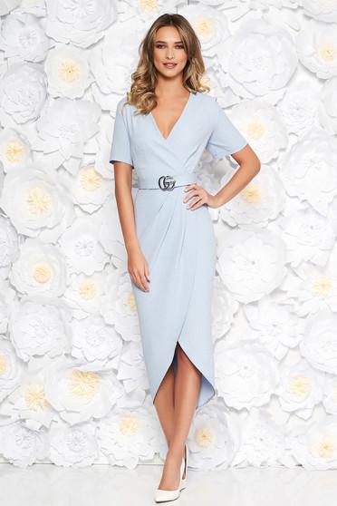 Rochie albastru-deschis eleganta cu un croi mulat din material usor elastic cu aplicatii cu paiete cu accesoriu tip curea