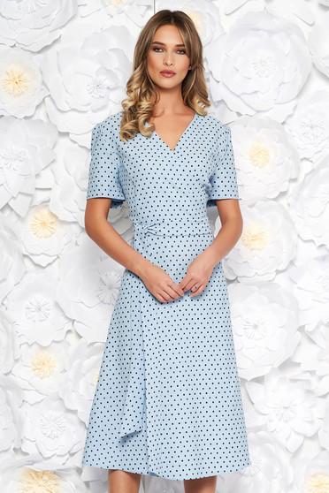 Rochie albastru-deschis eleganta in clos din stofa subtire usor elastica cu buline accesorizata cu cordon