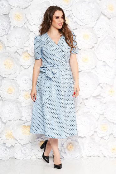 Rochie albastra-deschis eleganta in clos din stofa subtire usor elastica cu buline accesorizata cu cordon