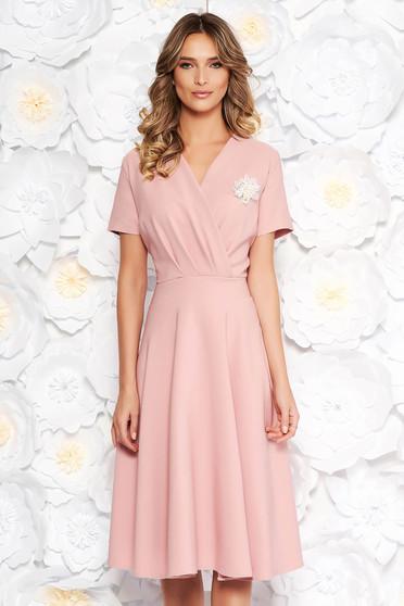 Rochie rosa eleganta in clos din stofa elastica subtire accesorizata cu brosa