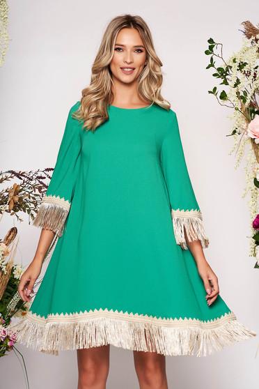 Rochie LaDonna verde eleganta cu croi larg din stofa neelastica cu franjuri si maneca trei sferturi