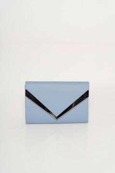 Geanta dama albastra-deschis plic din piele ecologica cu maner lung tip lantisor cu accesoriu metalic