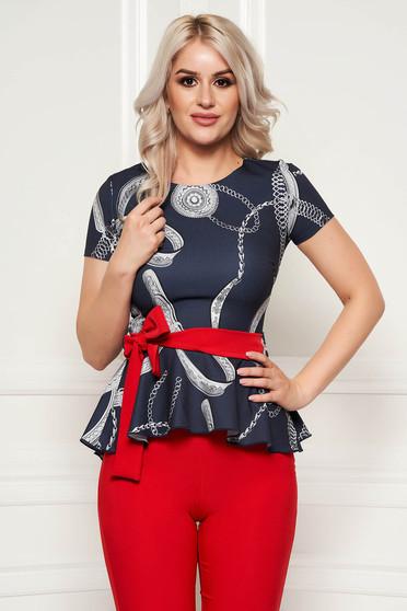 Bluza dama PrettyGirl gri-inchis eleganta cu un croi mulat cu peplum din stofa elastica subtire accesorizata cu cordon