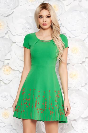 Rochie verde eleganta in clos din material usor elastic cu insertii de broderie