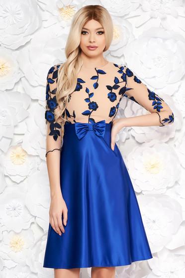 Rochie albastra cu fundita cu imprimeuri florale croi in clos