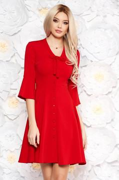 Rochie rosie eleganta de zi accesorizata cu nasturi croi in clos cu guler tip esarfa