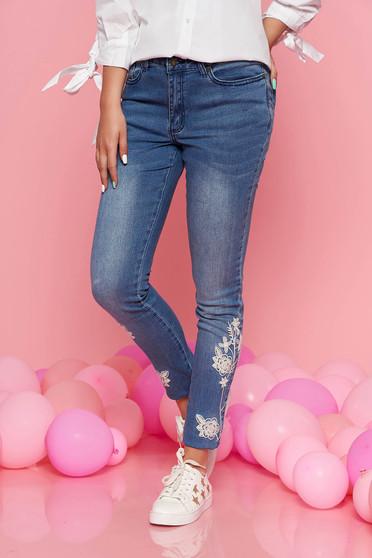 Pantaloni Top Secret albastri casual skinny cu talie medie din bumbac usor elastic cu insertii de broderie