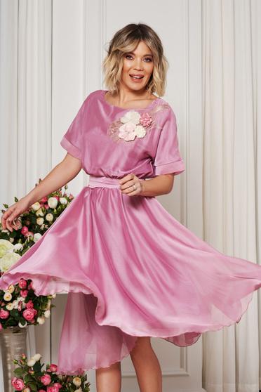 Rochie StarShinerS rosa de ocazie in clos cu elastic in talie accesorizata cu cordon