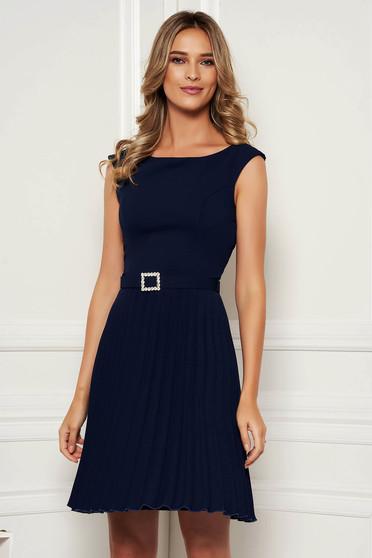 Rochie StarShinerS albastru-inchis eleganta plisata fara maneci accesorizata cu cordon accesorizata cu pietre stras