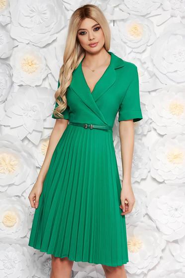 Rochie verde de zi eleganta in clos cu decolteu in v cu accesoriu tip curea din material vaporos