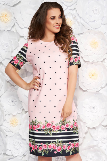Rochie rosa de zi cu un croi drept din material usor elastic cu imprimeu floral cu buline