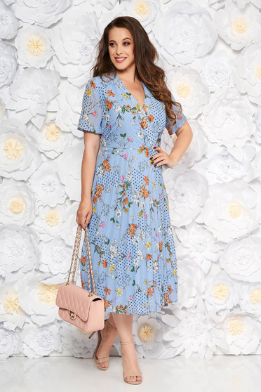 Rochie albastra-deschis de zi in clos cu decolteu in v din material vaporos cu imprimeu floral