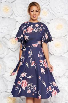 Rochie albastra-inchis de zi midi in clos din material vaporos cu imprimeuri florale accesorizata cu cordon