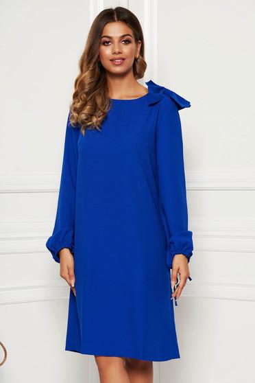 Rochie albastra eleganta cu croi larg cu maneci lungi accesorizata cu o fundita