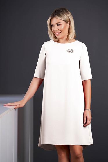 Rochie StarShinerS alba midi eleganta asimetrica din stofa cu maneci scurte accesorizata cu brosa cu decolteu rotunjit