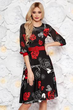 Rochie PrettyGirl neagra cu flori rosii eleganta midi in clos din stofa subtire usor elastica cu maneci din voal cu accesoriu tip curea