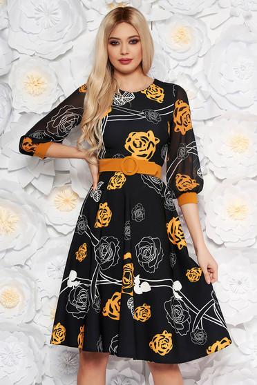 Rochie PrettyGirl neagra cu flori mustarii eleganta midi in clos din stofa subtire usor elastica cu maneci din voal cu accesoriu tip curea