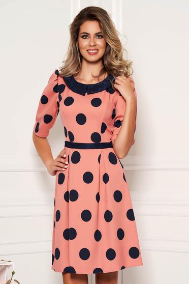 Rochie LaDonna roz eleganta de zi in clos din stofa subtire usor elastica cu buline si guler rotunjit