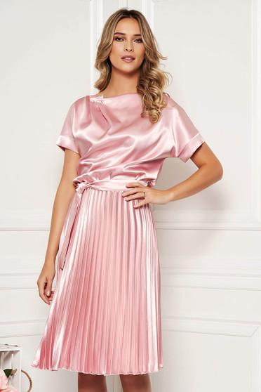 Rochie StarShinerS roz deschis eleganta midi in clos din satin plisata accesorizata cu cordon