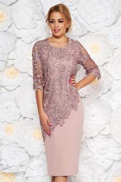 Rochie roz deschis midi de ocazie cu un croi mulat din stofa usor elastica cu maneci trei sferturi si suprapunere cu dantela