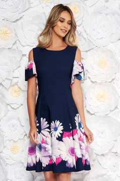 Rochie albastra-inchis eleganta cu umeri decupati cu maneca scurta in clos din stofa usor elastica