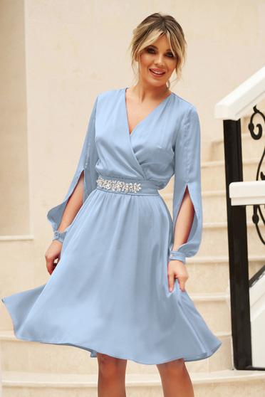 Rochie StarShinerS albastra eleganta in clos din voal cu maneci decupate si decolteu in v accesorizata cu cordon