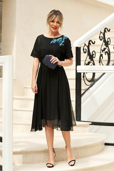 Rochie StarShinerS neagra de ocazie in clos cu elastic in talie accesorizata cu cordon