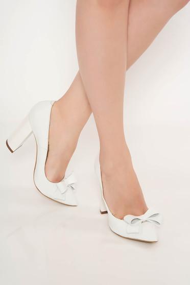 Pantofi albi office din piele naturala cu toc gros cu varful usor ascutit accesorizat cu o fundita