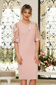 Rochie StarShinerS rosa eleganta midi cu un croi mulat din stofa usor elastica cu aplicatii cu pietre strass cu aplicatii florale detalii handmade