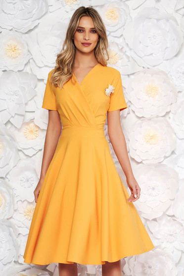 Rochie galbena eleganta in clos din stofa elastica subtire accesorizata cu brosa