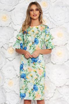 Rochie verde-deschis de zi cu un croi mulat cu maneca 3/4 din material vaporos cu imprimeu floral accesorizata cu lantisor