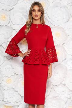 Rochie rosie de ocazie tip creion din material fin la atingere cu peplum cu decupaje in material
