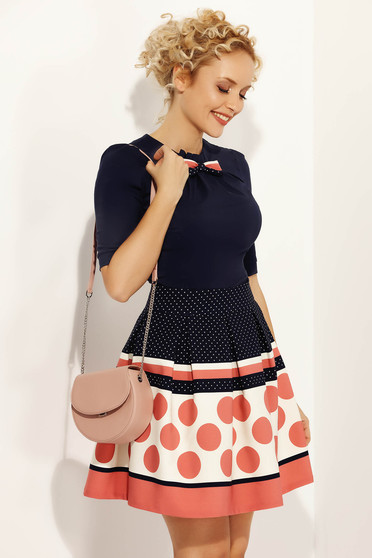 Camasa dama Fofy albastra-inchis cu brosa rosa office cu un croi mulat din bumbac usor elastic accesorizata cu o fundita