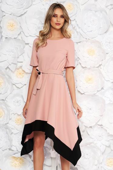 Rochie rosa asimetrica in clos cu maneca scurta cu elastic in talie accesorizata cu cordon