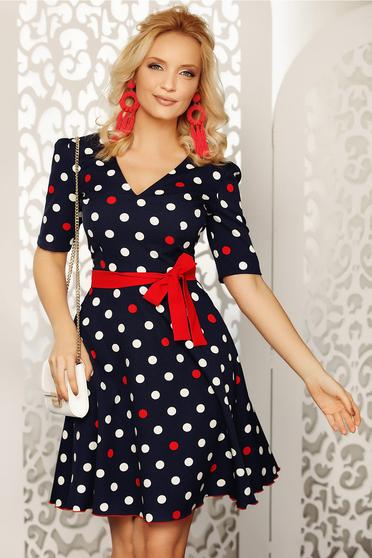 Rochie Fofy albastra-inchis cu accente rosii eleganta de zi in clos din material fin la atingere cu buline cu accesoriu tip curea