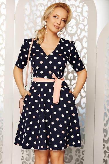 Rochie Fofy albastra-inchis cu accente rosa eleganta de zi in clos din material fin la atingere cu buline cu accesoriu tip curea