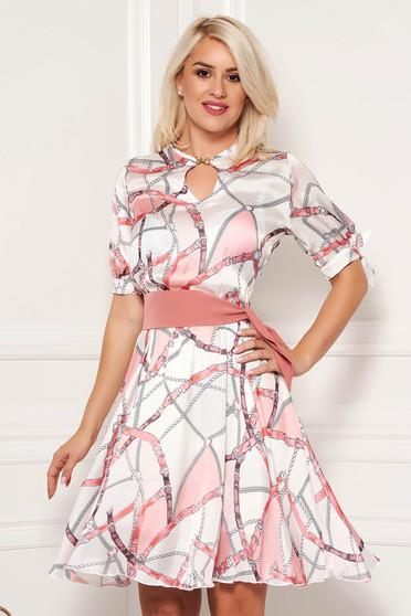 Rochie PrettyGirl roz deschis eleganta de zi din material satinat in clos cu imprimeuri grafice accesorizata cu cordon