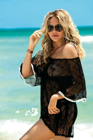 Rochie neagra de plaja tip plasa cu decolteu in v accesorizata cu snur