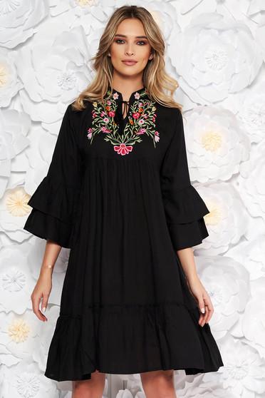 Rochie neagra de zi cu croi larg din bumbac neelastic accesorizata cu snur broderie in fata